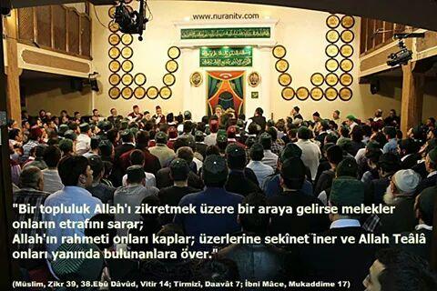 """""""Bir topluluk Allah'ı zikretmek üzere bir araya gelirse melekler onların etrafını sarar; Allah'ın rahmeti onları kaplar; üzerlerine sekînet iner ve Allah Teâlâ onları yanında bulunanlara över."""""""